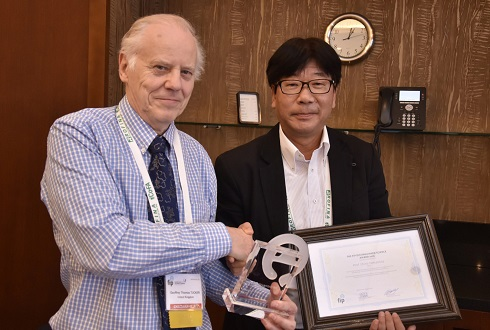 Prof. Shinji Yamashita receives FIP's Distinguished Science Award